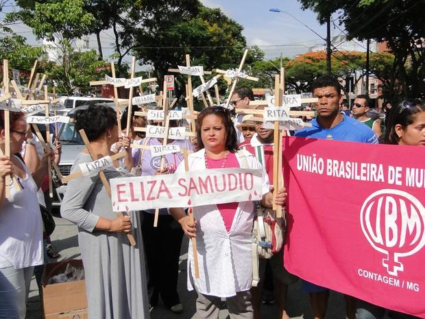 Protesto Movimento Popular da Mulher na frente do Fórum de Contagem (Foto: Pedro Trinelli/G1)