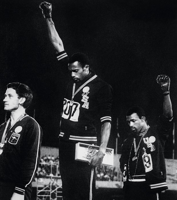 1968 Tommie Smith e John Carlos fazem a saudação do movimento Black Power, com uma luva negra, nos Jogos do México (Foto: Paul Schutzer/Time & Life Pictures/Getty Images)