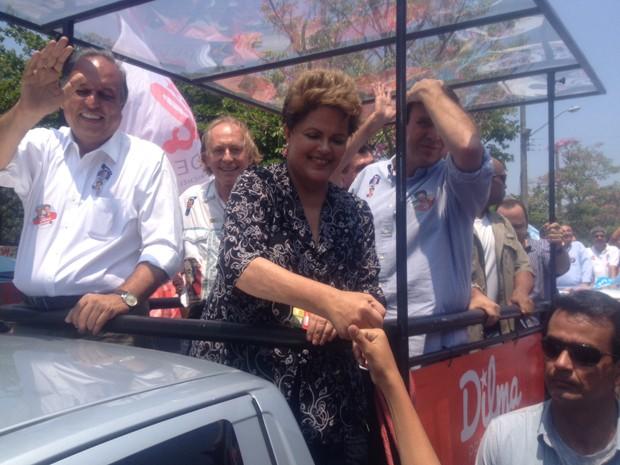 A presidente Dilma Rousseff, candidata à reeleição pelo PT, e o governador Luiz Fernando Pezão, candidato ao governo do Rio pelo PMDB, em carreata (Foto: Gabriel Barreira/G1)