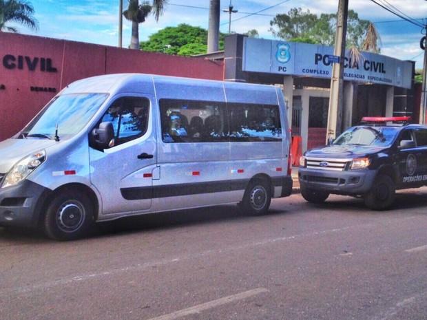Van leva detidos para delegacia em Goiânia, Goiás (Foto: John William/ TV Anhanguera)