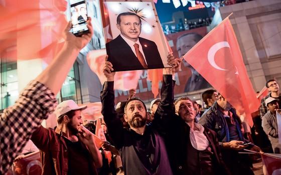Apoiadores do presidente turco  Recep Tayyip Erdogan. (Foto: OZAN KOSE/AFP)