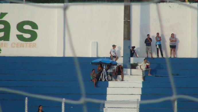 Representantes do agente de Vitor Lins filmam o jogador em campo (Foto: Henrique Pereira/ GloboEsporte.com)