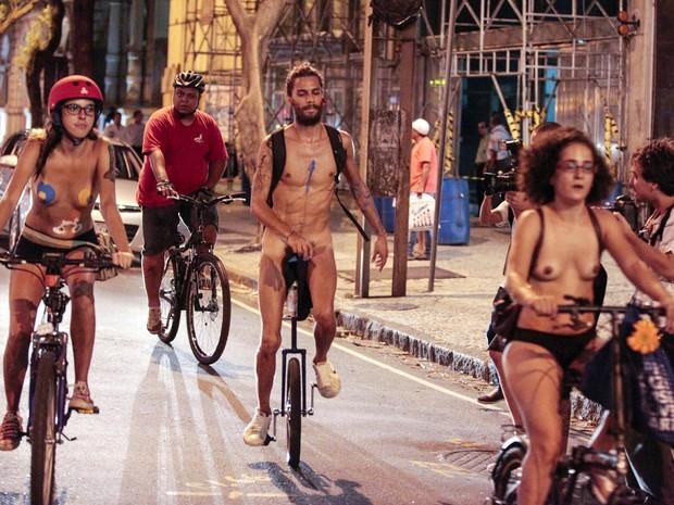 Ciclistas nus e seminus fazem 'Bicicletada Pelada' em protesto no Centro do Rio de Janeiro. A concentração aconteceu na Cinelândia, no fim da tarde. O objetivo era mostrar como a 'carne humana é frágil'. (Foto: Paulo Campos/Futura Press)