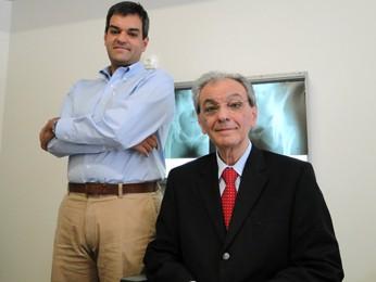 Os reumatologistas Boris e Achiles Cruz, filho e pai, trabalham juntos em Belo Horizonte (Foto: Pedro Ângelo/G1)