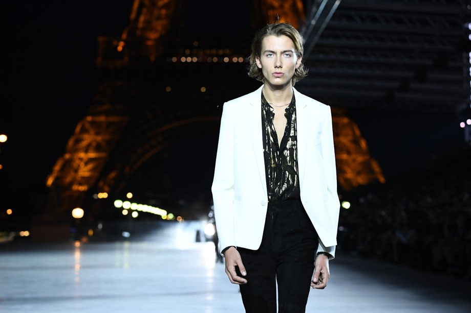 PARIS, FRANCE - SEPTEMBER 26:  A model walks the runway during the Saint Laurent show as part of the Paris Fashion Week Womenswear Spring/Summer 2018 on September 26, 2017 in Paris, France.  (Photo by Pascal Le Segretain/Getty Images) (Foto: Getty Images)