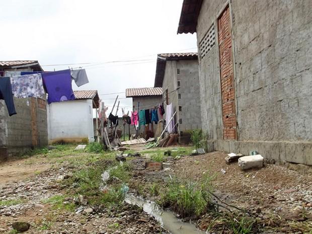 Casas do conjunto Praia-Mar foram ocupadas ainda inacabadas (Foto: Fred Carvalho/G1)