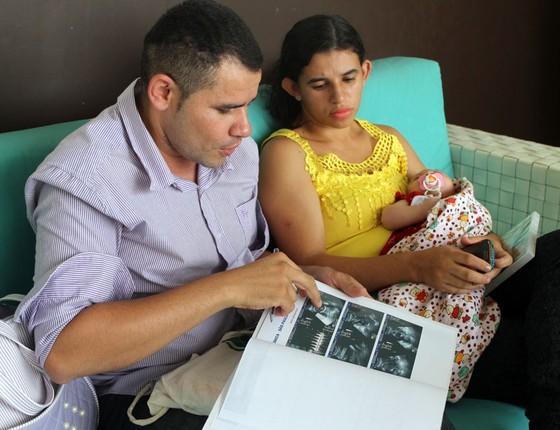 Casal com o filho matéria Zika congênita  (Foto: Arquivo Pessoal)
