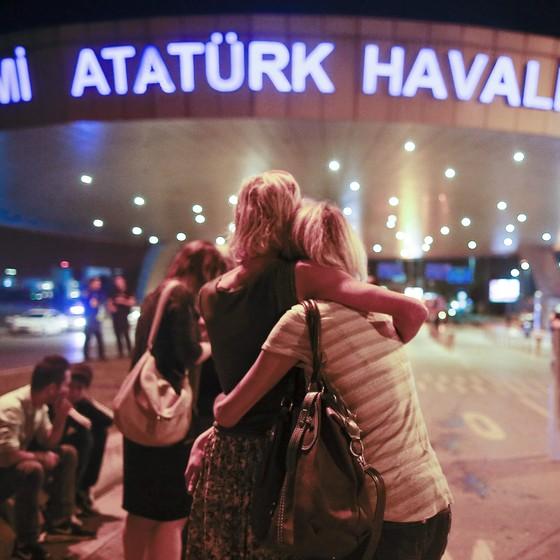 Turistas se abraçam depois de ataque no aeroporto de istambul (Foto: ASSOCIATED PRESSAP)