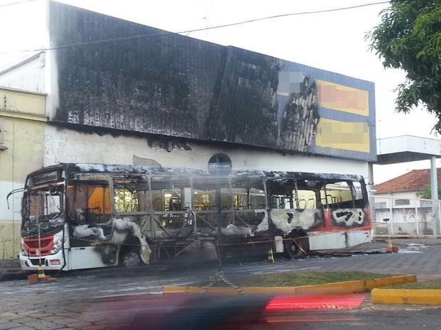 Fogo também atingiu fachada de loja (Foto: TEM Você)