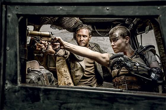 Cena do filme Mad Max, com a Imperatriz Furiosa e Max  Rockatansky  (Foto: Divulgação)