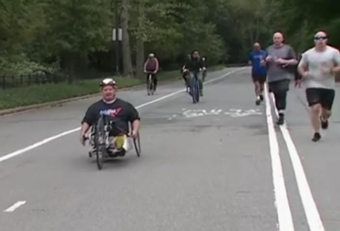 Dick Traum hoje corre com a bicicleta de mão (Foto: Reprodução/SporTV)