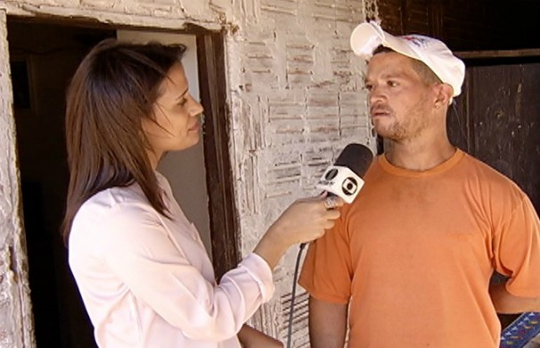Natália Jael conversa com o pedreiro Ivonaldo, usado pela quadrilha como funcionário laranja (Foto: Reprodução / Inter TV)