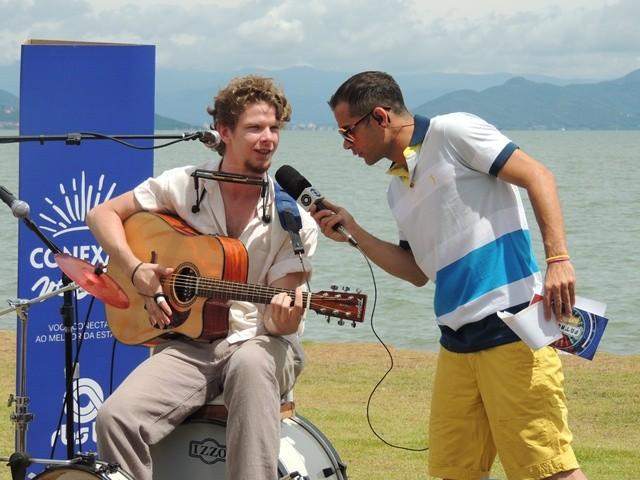 Músico toca oito instrumentos diferentes  (Foto: Géssica Valentini/RBS TV)