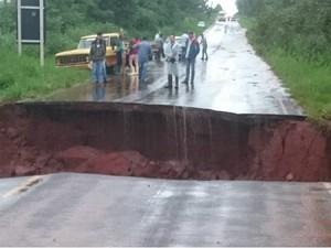 Pista cedeu em trecho da PR-218, entre Paranavaí e Amaporã (Foto: Divulgação/Polícia Rodoviária Estadual)