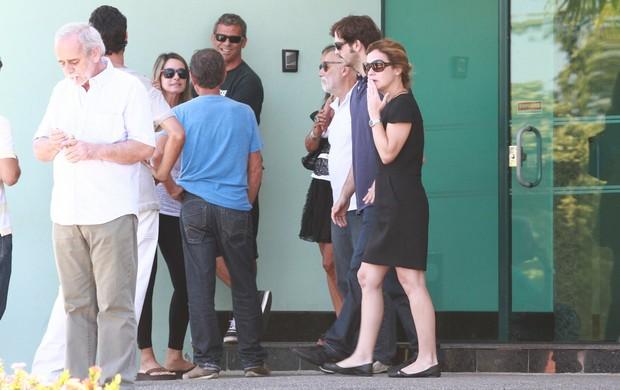 Adriana Esteves e Vladmir Brichta na saída da sala de cremação (Foto: Clayton Militao/Fotorio News)