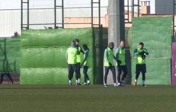 Neymar e Suárez pregam peça em Piqué e animam treino do Barcelona