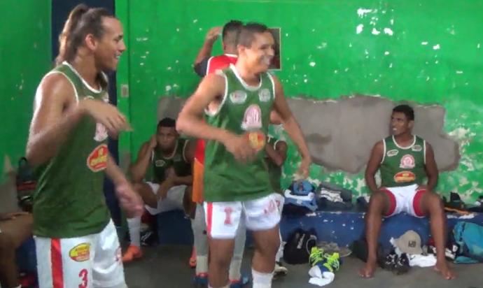 Jogadores do Caiçara dançam Lepo Lepo no vestiário (Foto: Reprodução/Facebook)