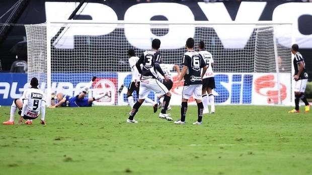 Julio Cesar, do Corinthians, falha no gol da Ponte (Foto: Marcos Ribolli / Globoesporte.com)