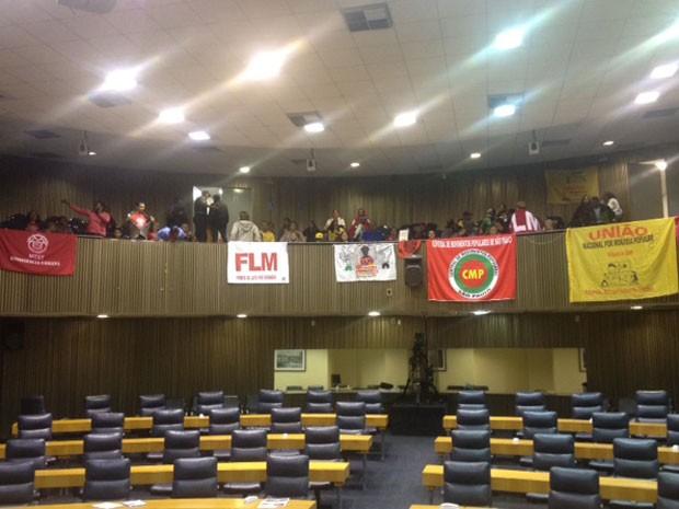 Manifestantes permaneciam em plenário por volta das 22h de terça-feira  (Foto: Roney Domingos/ G!)