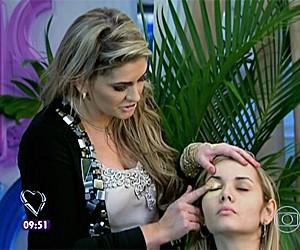 Alice Salazar dá dicas de maquiagem (Foto: Mais Você/TV Globo)