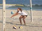 Sasha joga vôlei na praia da Barra da Tijuca, no Rio