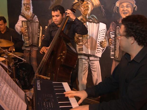 Show de Jazz aconteceu na cidade cenográfica na réplica do Beco da Pororoca, em Campina Grande (Foto: Rafael Melo/ G1)