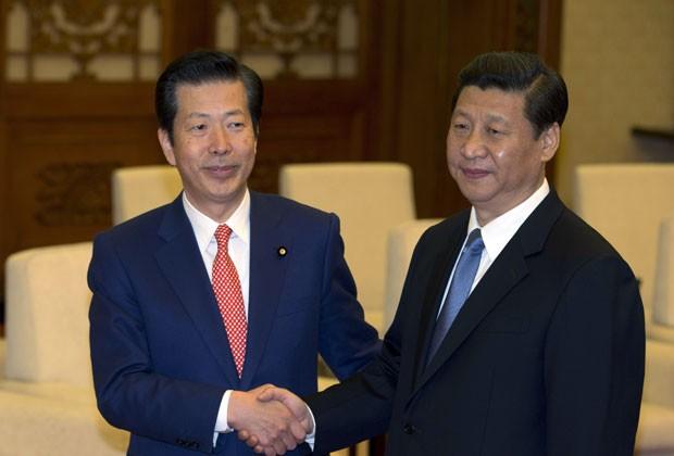 Natsuo Yamaguchi, líder do partido japonês Novo Komeito, cumprimenta o líder chinês Xi Jinping em encontro na China nesta sexta-feira (25) (Foto: AFP)