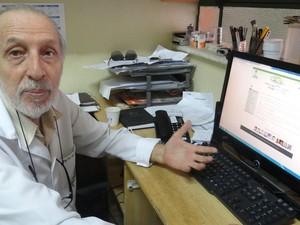 Professor Luiz Antônio mostra site do banco de dados. (Foto: Carolina Sanches/ G1)