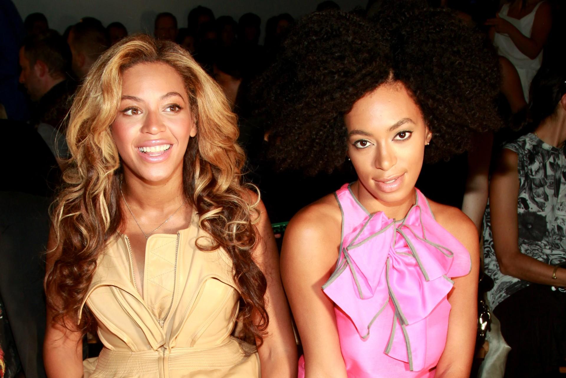 À esquerda, Beyoncé, de 32 anos. E a direita, Solange Knowles, de 28 anos. Ambas são cantoras. (E não vamos escrever mais nada porque, né, vai que a Solange se irrita). (Foto: Getty Images)