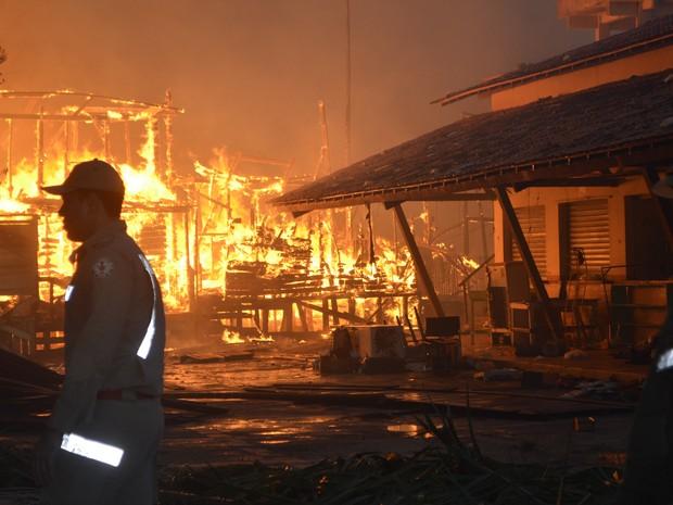 Incêndio atingiu mais de 30 casas em Macapá (Foto: Cassio Albuquerque/G1)
