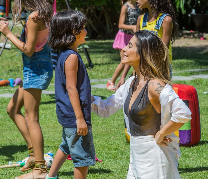 Gata cuida dos pequenos em dia de brincadeiras (Foto: Artur Meninea/Gshow)