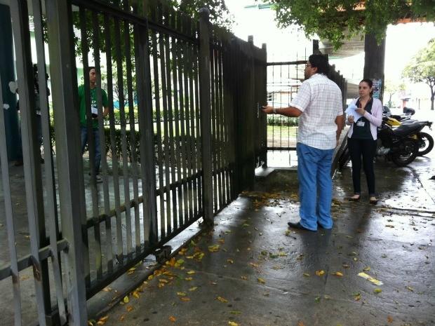 Candidato reclama após ser impedido de entrar para fazer prova do Vestibular da UEA, em Manaus (Foto: Ana Graziela Maia/G1 AM)