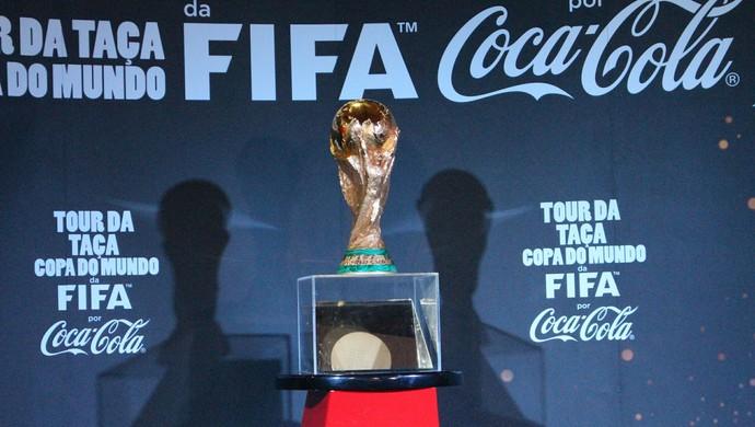 Taça da Copa do Mundo em exposição em Campo Grande (Foto: Hélder Rafael)