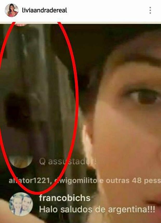 Lívia Andrade e suposto 'espírito' durante bate-papo na web (Foto: Reprodução/Instagram)