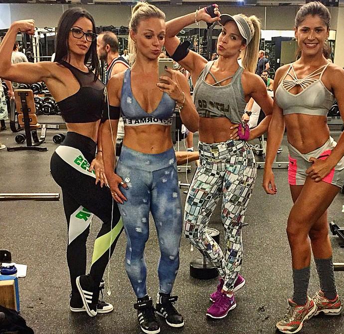 Fernanda D'avila, Carol Soares e Raquel Guarini posam com a amiga Nathy Carvalho (Foto: Arquivo Pessoal)