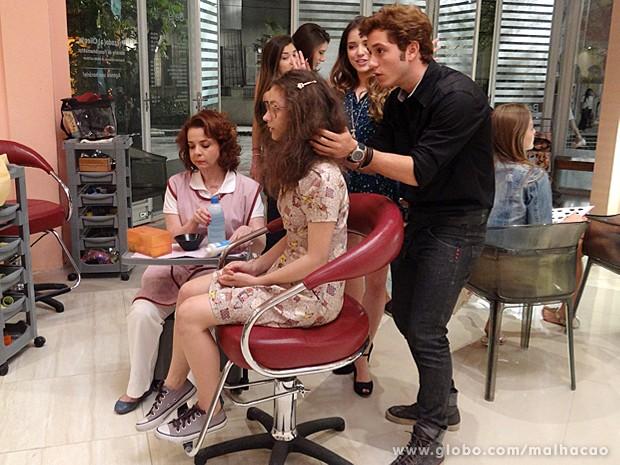 Serguei começa a transformar o visual de Micaela (Foto: Malhação / TV Globo)