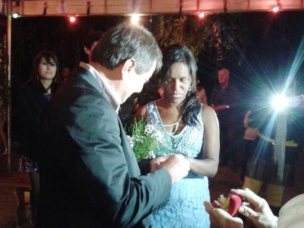 Casal trocou alianças durante cerimônia no litoral de SP (Foto: Dione Aguiar/G1)
