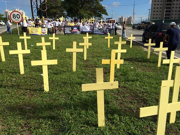 Cruzes foram colocadas no canteiro central do viaduto de Ponta Negra para simbolizar a falência da segurança pública (Foto: Divulgação/ SINPRFRN)