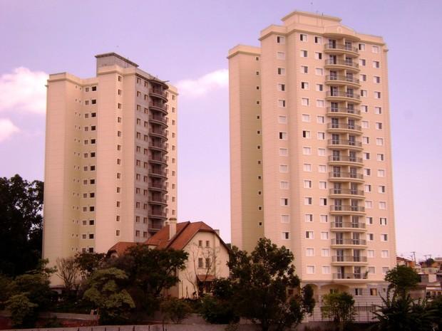 O 'Castelinho' em foto atual, entre as duas torres de um condomínio (Foto: Alexandre Pimenta/ Pirituba Net/VC no G1)