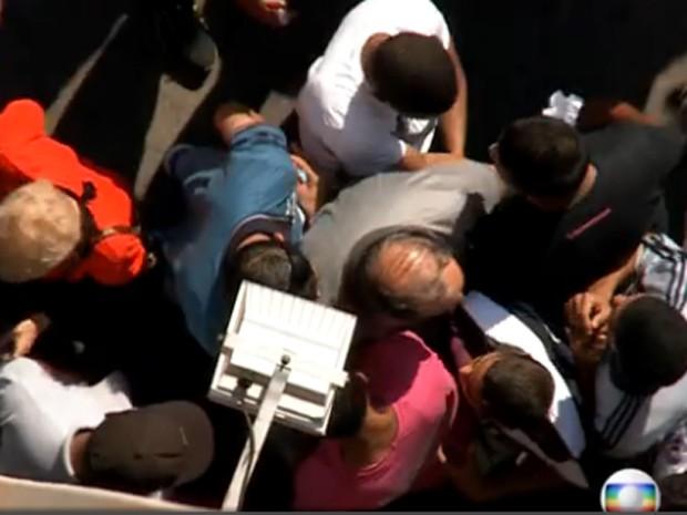Grupo cerca homem em calçada do Brás (Foto: Reprodução/ TV Globo)