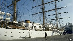 A fragata Libertad está presa em um porto de Gana, mas seus tripulantes podem entrar e sair à vontade (Foto: BBC)