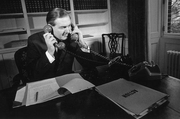 Trabalhador ao telefone (Foto: Getty Images)