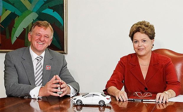 Andreas Renschler, membro do conselho responsável por produção e compras da Mercedes-Benz Automóveis e a presidente do Brasil, Dilma Rousseff  (Foto: Mercedes-benz)