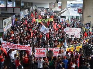 Multidão participa de ato contra o projeto de lei 4330, que trata das terceirizações, na rodoviária de Brasília (Foto: Valter Campanato/Agência Brasil)