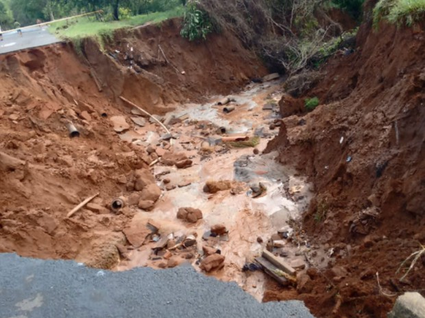 Cratera se formou após as fortes chuvas que atingiram Brotas no último sábado (Foto: Reprodução/EPTV)