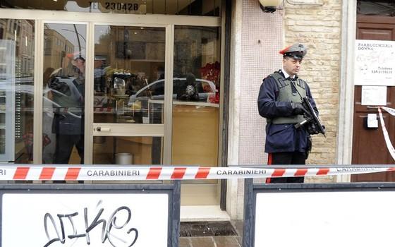 Autoridades fazem investigação após seis estrangeiros feridos por tiros em Macerata, na Itália (Foto: GIUSEPPE BELLINI / AFP)