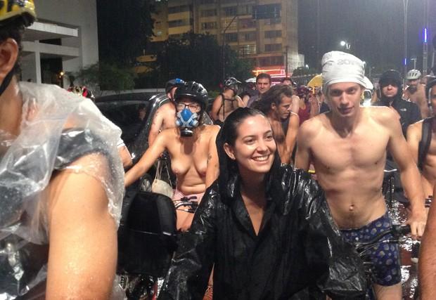 Alguns participantes ficaram seminus ou tiraram toda a roupa para pedalar protestar na Avenida Paulista (Foto: Cauê Fabiano/G1)