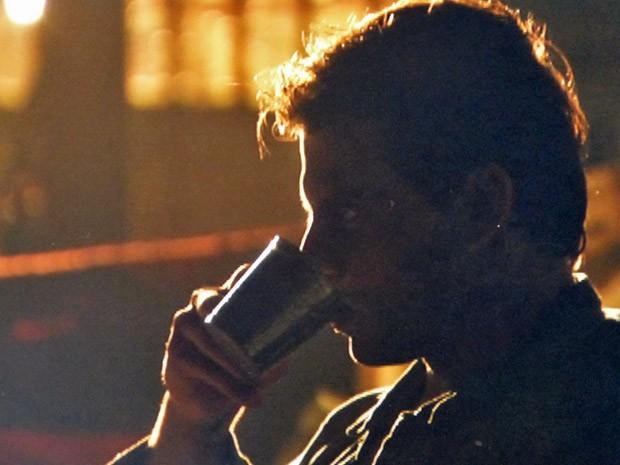 Sem saber que Dom Rafael mandou acabar com sua vida, Cassiano bebe o chá feito por Duque (Foto: Flor do Caribe/ TV Globo)