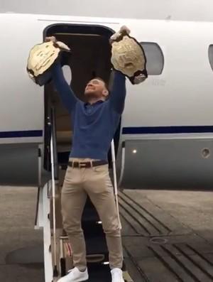 BLOG: Conor McGregor embarca em jatinho ainda ostentando dois cinturões do UFC