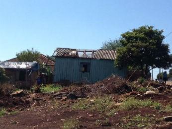 São Miguel do Iguaçu teve várias ocorrências de destelhamentos  (Foto: Izabelle Ferrari / RPC TV )
